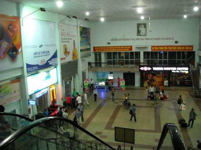 駅舎は2階建て。2階から1階を撮影