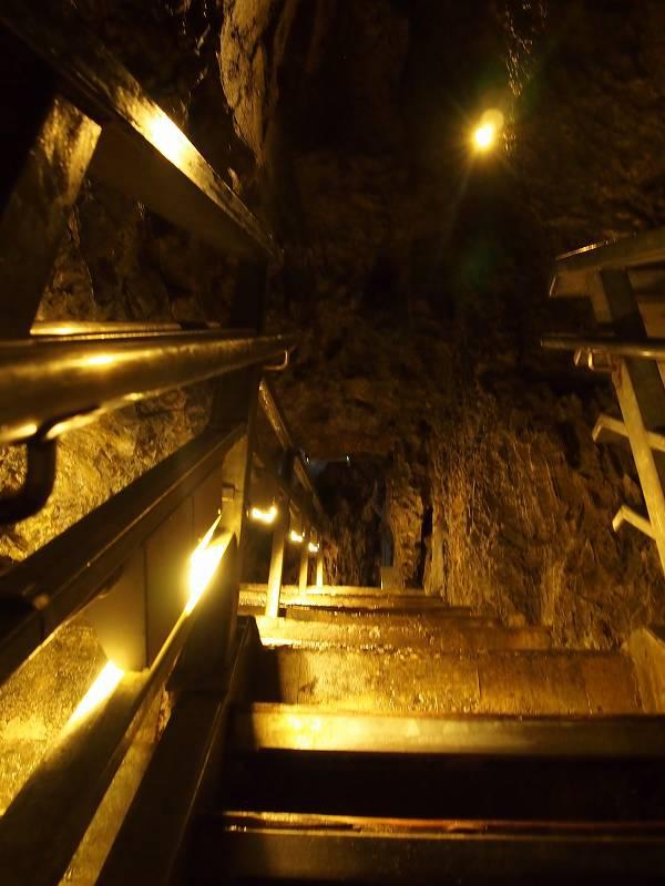 鍾乳洞の奥に行くにつれ、階段が多くなる