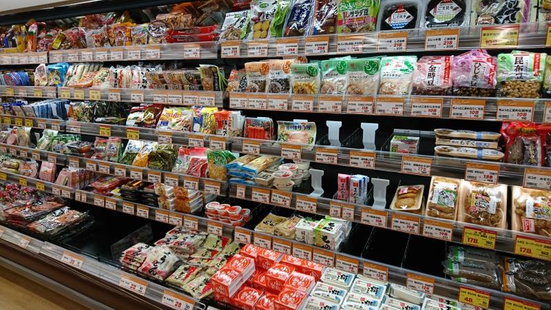 練り物や納豆・乳製品などの冷蔵食品も充実していますよ!。蒲鉾(カマボコ)等もこのコーナーから買おうとおもったのですが、まだ自宅に使いかけがあったので次回に持ち越しました、