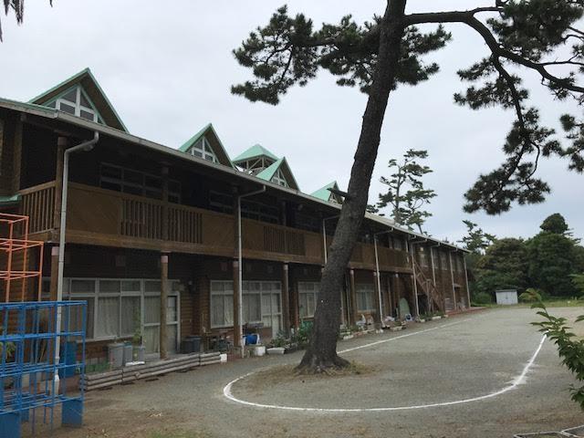 木造校舎がとても素敵な初島小中学校を通り過ぎて