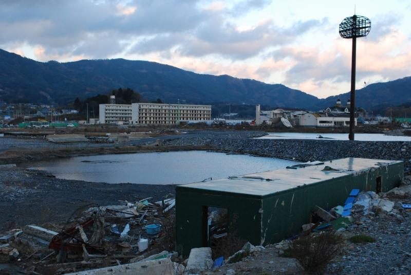 高田松原第一球場付近からの遠望。この頃はまだ2棟あった(2012年11月撮影)
