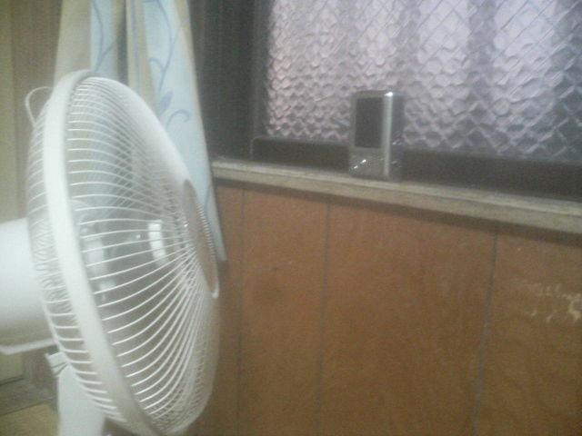 デジカメを扇風機で乾かす画(携帯電話の写メで撮りました)