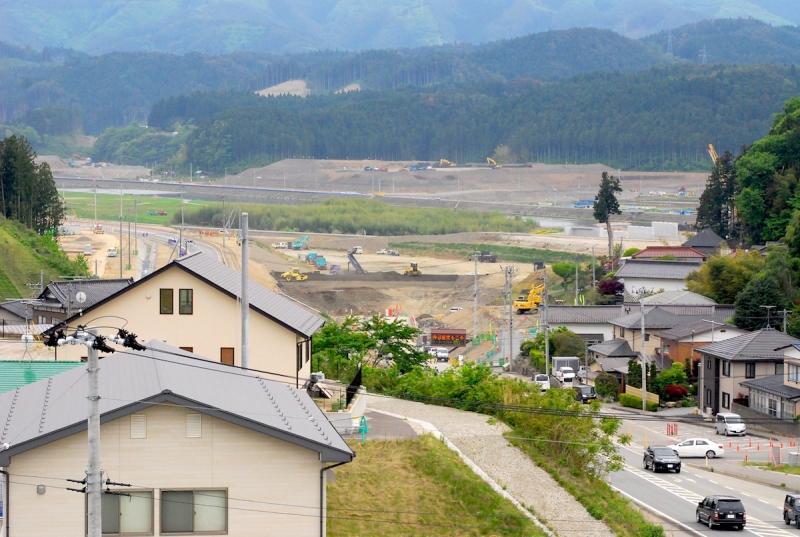 高田のまちの東側のかさ上げ工事や橋梁工事、気仙川対岸の気仙町の工事の様子が見渡せる