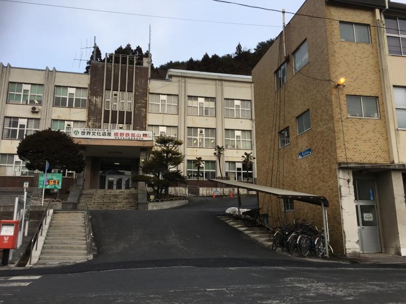 中央が釜石市役所。右隣の建物に津波の高さが記されています