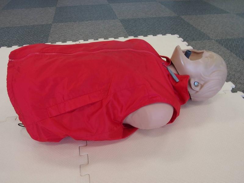 講習では、人形を使って胸骨圧迫や人工呼吸を実際に行います。本物の人体に近い感覚となるように作られているそうです。