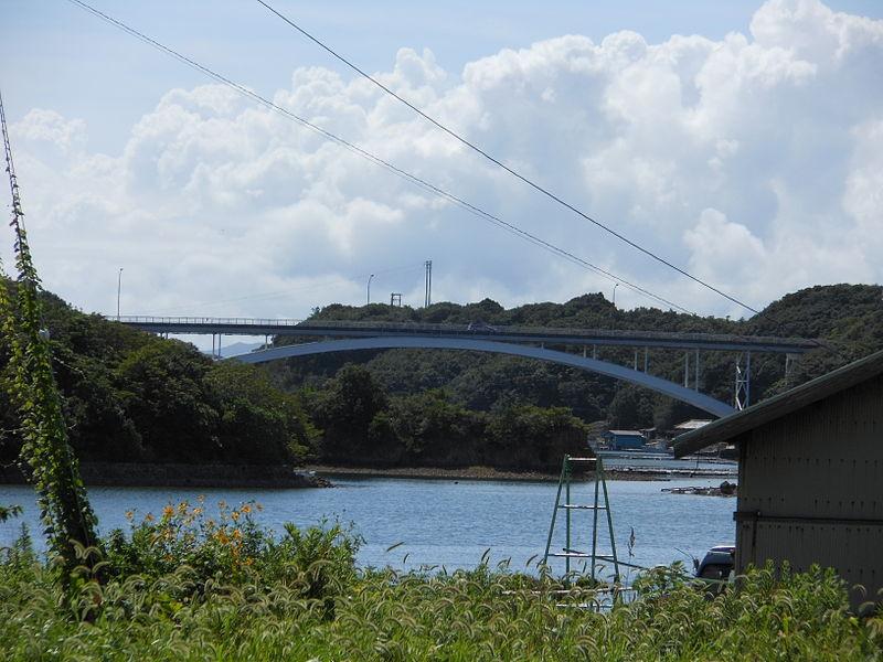 賢島大橋(左が賢島、右が本州。その間10m未満だそう)