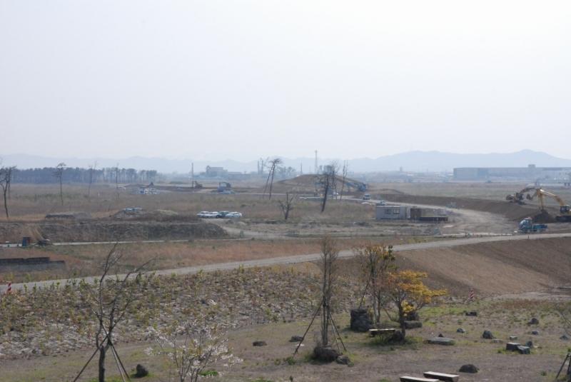 南に遠く見えるのは建設中の千年希望の丘第3号