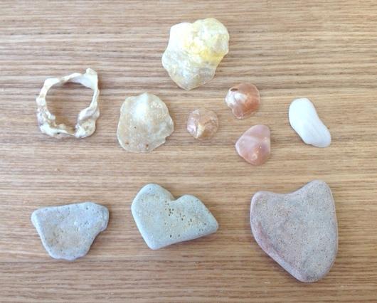 娘が見つけたハートの石(浄土ヶ浜)と、貝殻(前日の大浜海岸)