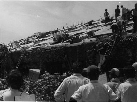 「倒れたアパートから荷物を出す人々」新潟県の地震(津波)災害 | 新潟地方気象台