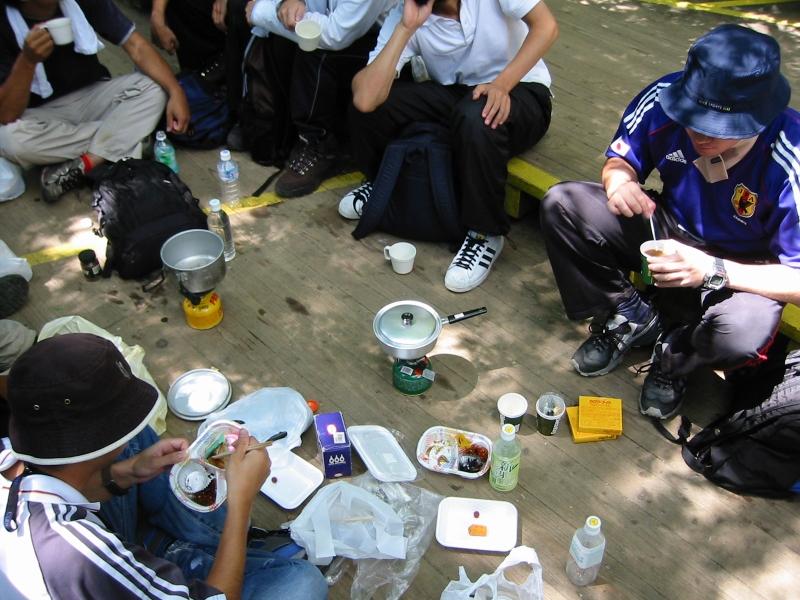 縄文杉の前で昼食です。もちろんごみは持ち帰ります。