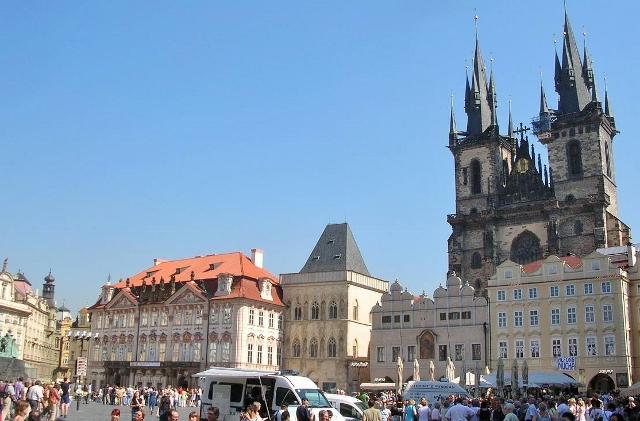 旧市街広場。写真右の建物はティーン教会