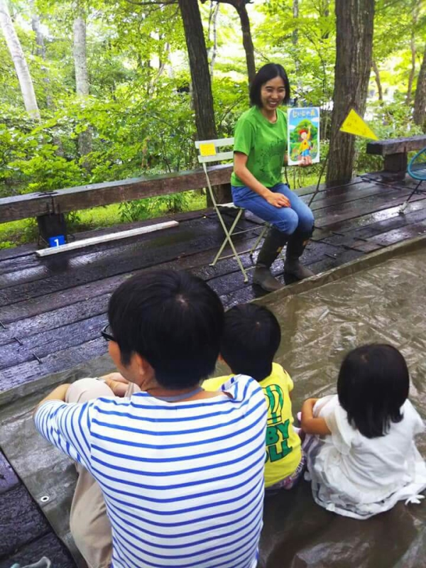 森林セラピーガイド・誕生学アドバイザーの柳生直子さんがツアーのガイドをしてくださいました。