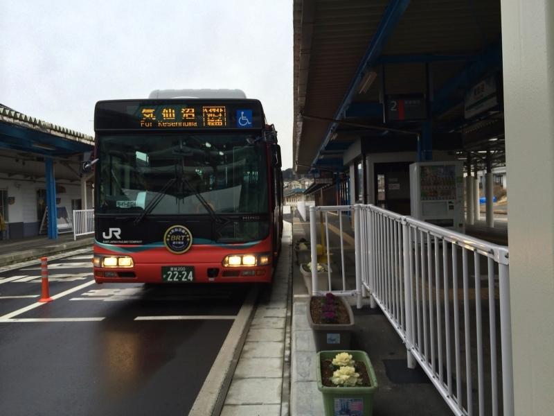 気仙沼駅と盛駅では駅のホームだったところにBRTが停車する