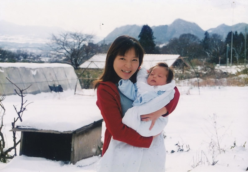 生後1ヵ月の空君を抱っこ。お母さんになったばかりの果林さん。