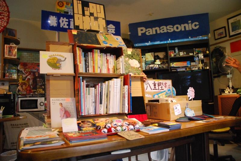 ばったんたおれ屋さんは箱が変身してお洒落な本棚に。