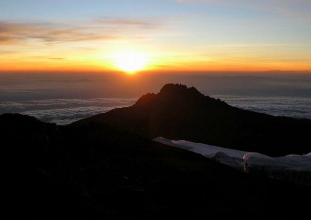 雲の上から登る朝陽。気のせいか、地平線が少し丸く見えませんか?