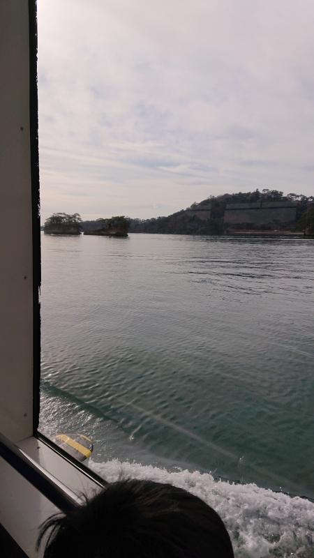 子供も観光船から見える島々をじっくり眺めていました。