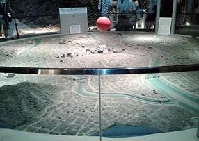 原爆は何もかも焼き尽くし、溶かし、吹き飛ばし、失くした。模型となった廃墟の街。