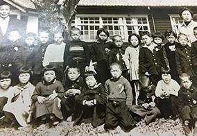 小学1年生のガッツさん(前列中央・右から4番目)は、やんちゃそのもの。
