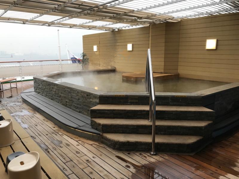 露天風呂。海を見ながらの眺めは最高でしょうね・・・!