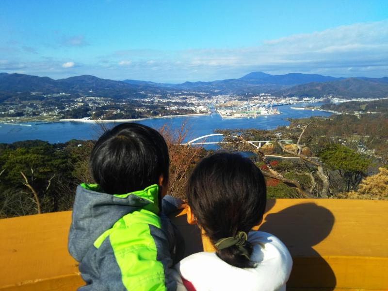 亀山山頂から見る気仙沼。来年の開通を待つ気仙沼大橋も間近に見えます。