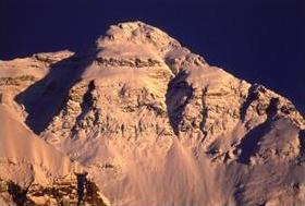 チョモランマ峰 98年に。紺碧の空、雪を照らす太陽、山で見る自然の色はひときわ濃い。