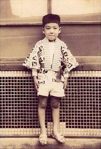 5歳夏祭りでも典夫少年。パッツンと切った前髪が昭和30年代を象徴している。