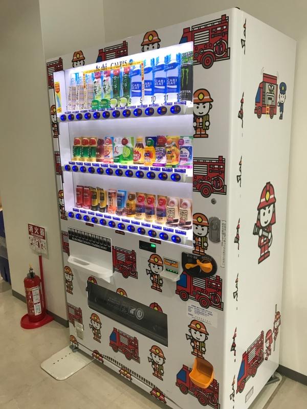 素敵なデザインの自販機が。まあ、買わされます(笑)