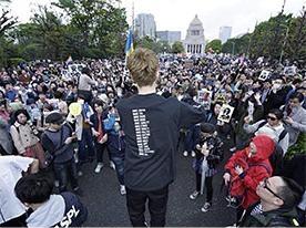 2015年夏、SEALDsは安保法案反対のデモを国会前で行い10万人以上が集まった。