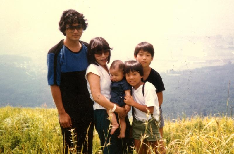 双雲さんの下に年子の弟、9歳離れた弟がいる。サングラスのお父様とお母様、カッコいい!