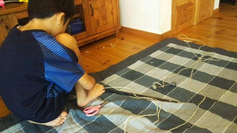 こちらも拾ってきた棒と麻紐と鉄の重りで、釣り竿を制作。