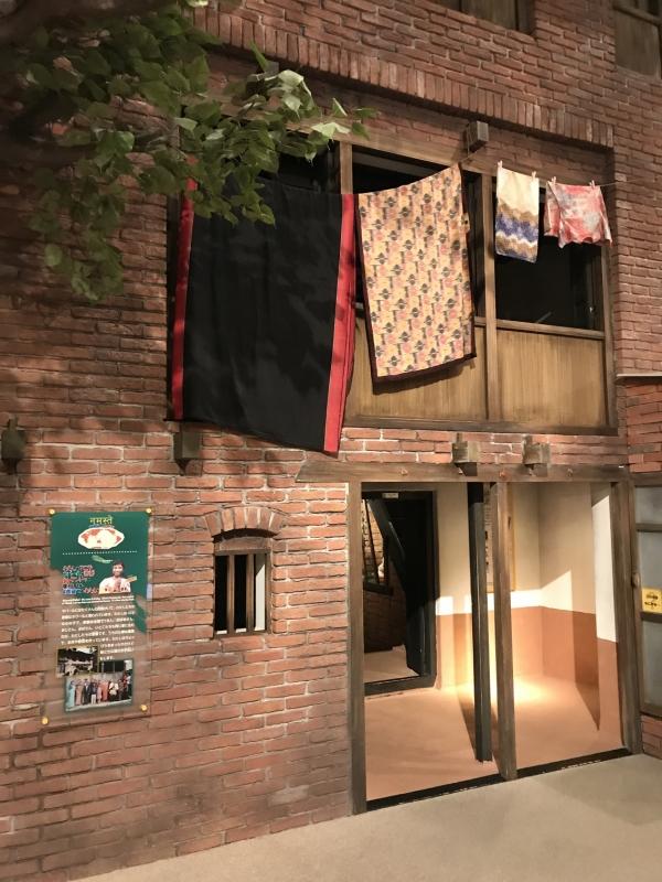 こちらはネパールのあるお宅の様子。4階建てなのですが最上階のお部屋の様子を見学することができます。(この建物の横に最上階の空間が再現してある)