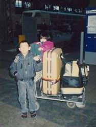 航空関係の仕事をしていた親の都合で海外に長く住み、飛行機の移動も一人で余儀なくさせられた。(手前がKUREIさん)