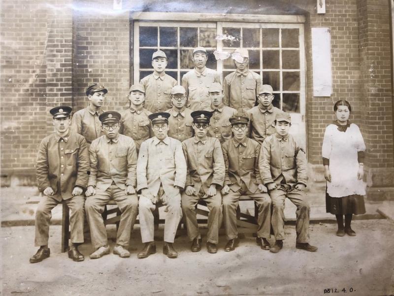 おそらく佐世保海軍工廠ではないか。右下が祖父・23歳(昭和12年4月撮影)