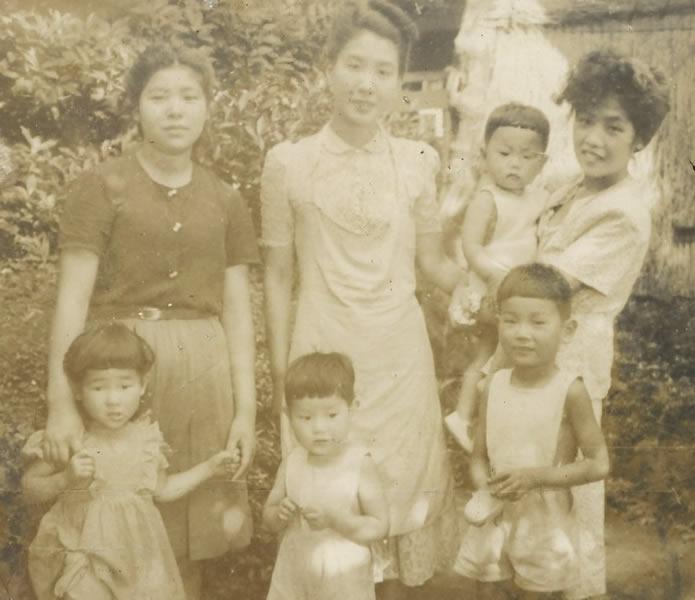 昭和20年代戦後まもなく少年期を送った。飼っているヤギの散歩もすすんでした。(前列中央の子が秋山先生)