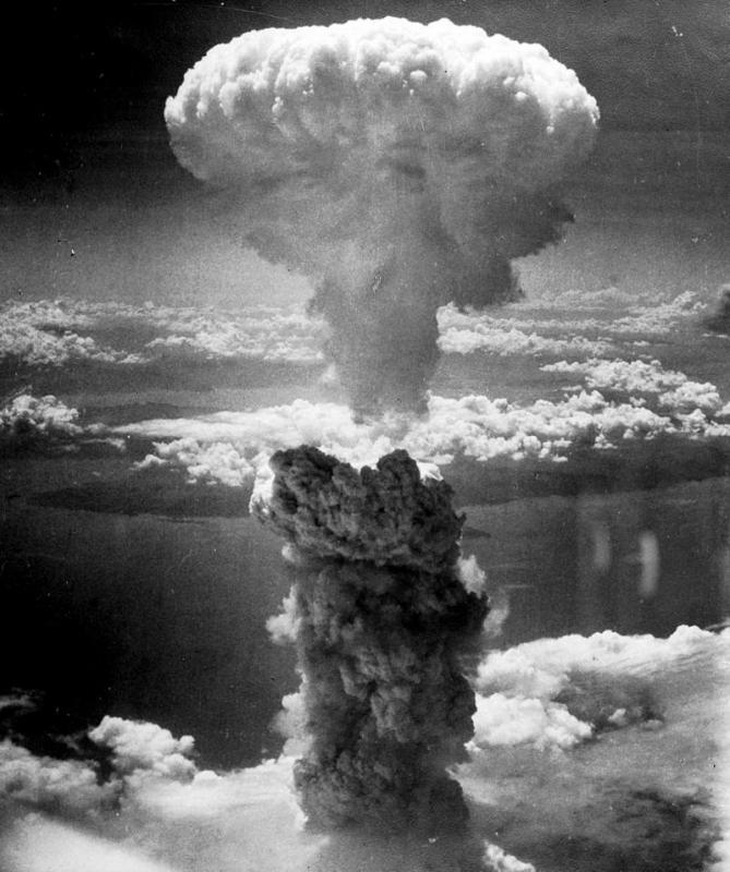 長崎に原爆を投下したB29(ボックスカー)から撮影されたきのこ雲の写真