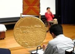 公演中に取得した金メダルは、観賞用として手を触れる体験も。そのずっしりとしたメダルの重みに誰もが魅了される。