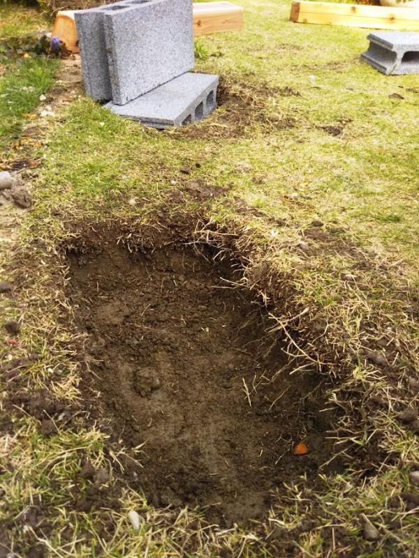 こんな感じに2か所掘ります。我が家は土が粘土質なので掘るのが大変です(汗)。