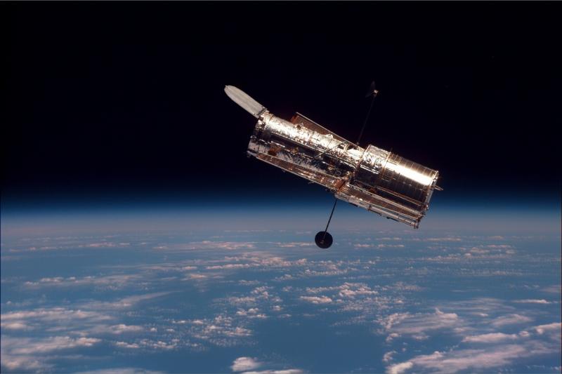 彼の業績に因んで命名された「ハッブル宇宙望遠鏡」。[スペースシャトル ディスカバリー号から見たハッブル宇宙望遠鏡(1997年2月サービスミッションSTS-82での画像)]