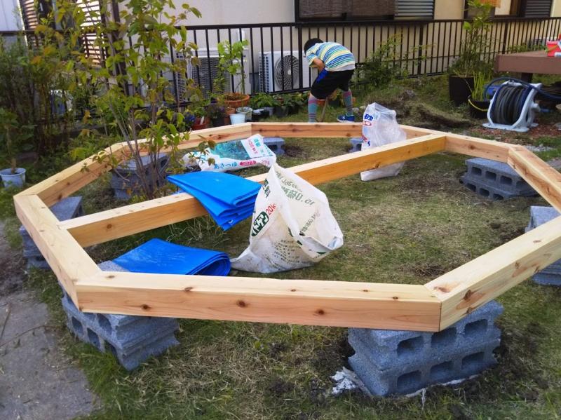 基礎完成!息子はハウスとまったく無関係なところを掘り始めました(汗)