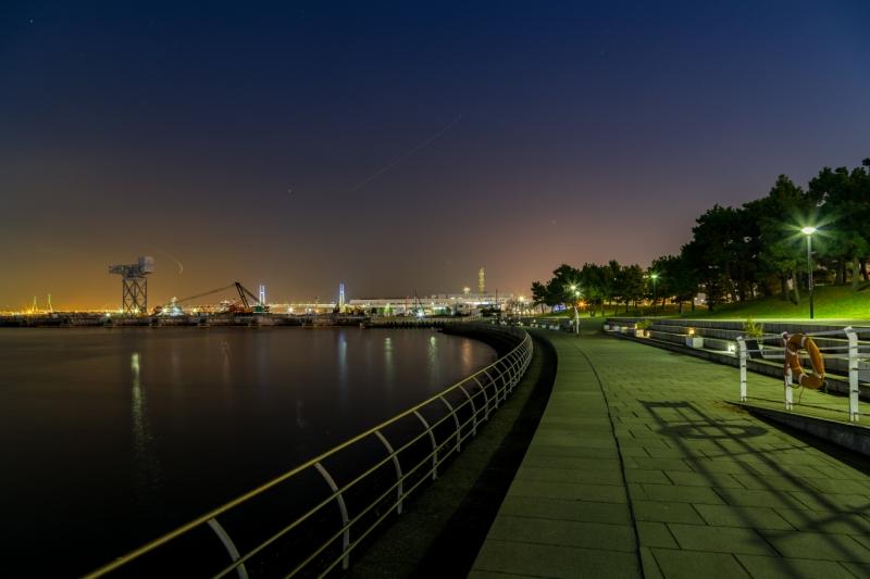 長く続く遊歩道を歩きながら夜景を楽しんでみては?