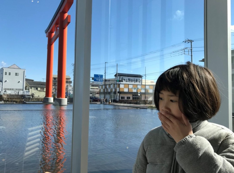 休日。富士山世界遺産センターにて。直前に富士宮やきそばを親の分まで食べたのでゲップをかます。