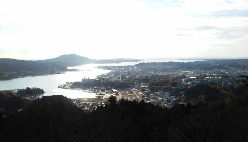 安波山からの気仙沼の町並み。とても美しい海のまち。左手奥に本日の目的地、大島が見えます。