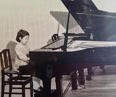 4歳からピアノを始め、5歳でソナチネを弾き神童とされた。