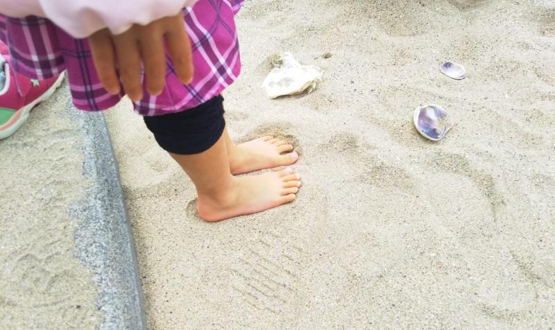 田中浜はキレイな石や貝殻がいっぱいで素敵な場所でした。娘はいつの間にか裸足に。冷たそう!