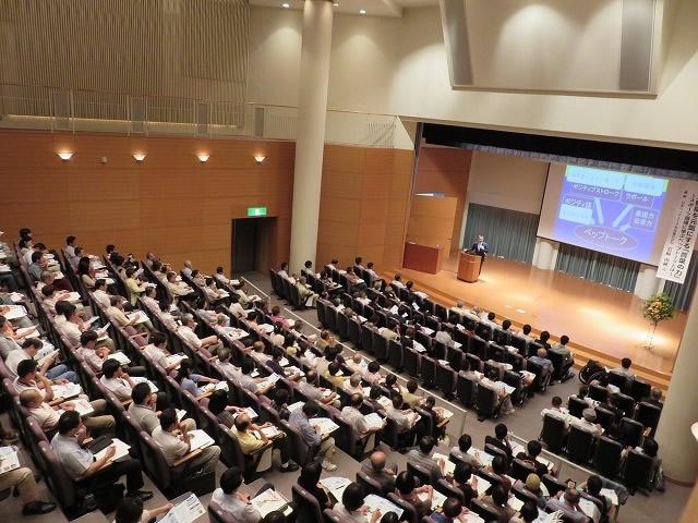講演会は常に満員御礼。熱気あふれる会場で感動の渦が湧きおこる。