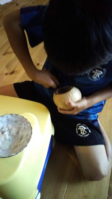 ココナッツの殻の容器を制作。