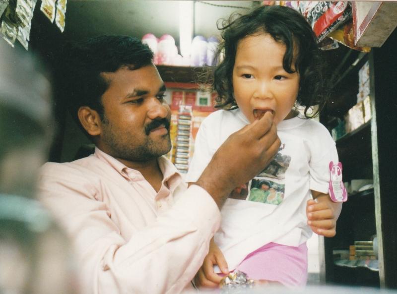 娘3歳 インド。人々の親切に包まれて親子ともに楽ちんでハッピー。