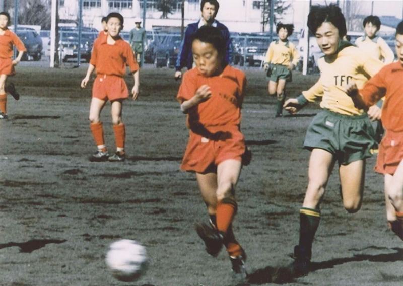 試合中の気合いはプロになってからも同じ。少年サッカー時代からポジションはMFで活躍
