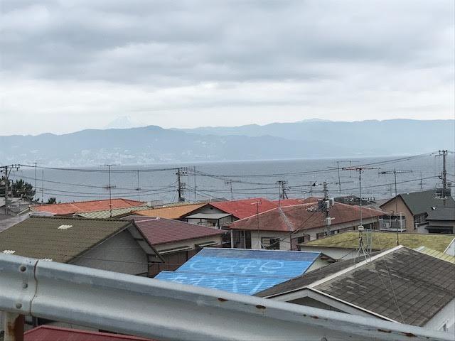 高台に到着。左四分の一あたりに富士山の頭がうっすら見えています。このへんで標高23メートルです。店の中からここまでだと、走っても1分はかかるでしょう。